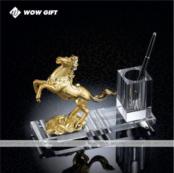 Pha lê cắm bút ngựa vàng