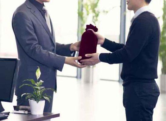 lựa chọn quà tặng khách hàng phù hợp